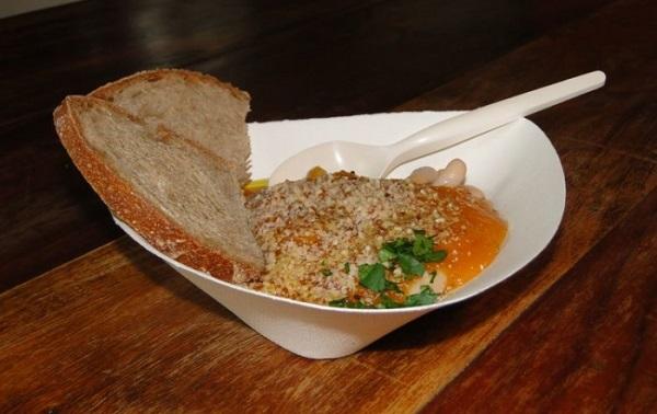 Zuppa di mandorle, zucca e cannellini nei piatti compostabili
